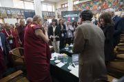 По прибытии в главный тибетский храм Его Святейшество Далай-лама приветствует участников и слушателей XXXIII конференции института «Ум и жизнь» на тему «Новый взгляд на процветание человечества». Дхарамсала, Индия. 12 марта 2018 г. Фото: Тензин Чойджор.