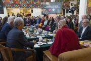 Участники круглого стола, организованного в ходе первого дня XXXIII конференции института «Ум и жизнь» на тему «Новый взгляд на процветание человечества». Дхарамсала, Индия. 12 марта 2018 г. Фото: Тензин Чойджор.