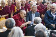 Его Святейшество Далай-лама комментирует доклады, прозвучавшие в ходе первого дня XXXIII конференции института «Ум и жизнь», посвященного развитию детей в раннем возрасте и социально-эмоциональному обучению. Дхарамсала, Индия. 12 марта 2018 г. Фото: Тензин Чойджор.