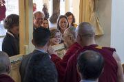 Во время перерыва между сессиями первого дня XXXIII конференции института «Ум и жизнь» Его Святейшество Далай-лама приветствует верующих, собравшихся в главном тибетском храме. Дхарамсала, Индия. 12 марта 2018 г. Фото: Тензин Чойджор.