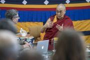 Его Святейшество Далай-лама комментирует доклад Ричарда Дэвидсона во время первого дня XXXIII конференции института «Ум и жизнь». Дхарамсала, Индия. 12 марта 2018 г. Фото: Тензин Чойджор.