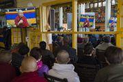 Некоторые из более чем 300 слушателей, расположившихся на веранде главного тибетского храма, во время трансляции выступления Его Святейшества Далай-ламы. Дхарамсала, Индия. 12 марта 2018 г. Фото: Тензин Чойджор.