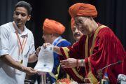 Его Святейшество Далай-лама вручает дипломы выпускникам Центрального университета Джамму. Джамму, штат Джамму и Кашмир, Индия. 18 марта 2018 г. Фото: Тензин Чойджор.