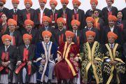 Его Святейшество Далай-лама фотографируется с преподавателями Центрального университета Джамму перед началом 1-й церемонии вручения дипломов. Джамму, штат Джамму и Кашмир, Индия. 18 марта 2018 г. Фото: Тензин Чойджор.