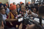 По завершении 1-й церемонии вручения дипломов Центрального университета Джамму Его Святейшество Далай-лама отвечает на вопросы журналистов. Джамму, штат Джамму и Кашмир, Индия. 18 марта 2018 г. Фото: Тензин Чойджор.