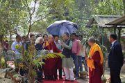 Его Святейшество Далай-лама направляется в конференц-зал Центрального института высшей тибетологии на интерактивную беседу в рамках 92-й ежегодной встречи Ассоциации индийских университетов. Сарнатх, штат Уттар-Прадеш, Индия. 20 марта 2018 г. Фото: Лобсанг Церинг.
