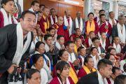 Его Святейшество Далай-лама фотографируется с группой паломников из Таванга, принявших участие в праздничном марше мира из Чудангмы в Тезпур по маршруту, которым следовал Далай-лама, когда бежал из оккупированного Тибета в 1959 году. Дхарамсала, Индия. 31 марта 2018 г. Фото: Тензин Чойджор.