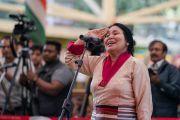 Певица Пасанг Долма исполняет песню собственного сочинения в ходе торжественной церемонии «Спасибо, Индия». Дхарамсала, Индия. 31 марта 2018 г. Фото: Тензин Чойджор.