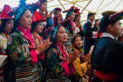 Артисты Тибетского института театральных искусств слушают обращение Его Святейшества Далай-ламы во время торжественной церемонии «Спасибо, Индия». Дхарамсала, Индия. 31 марта 2018 г. Фото: Тензин Чойджор.