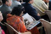 Одна из участниц рассматривает памятный альбом во время торжественной церемонии «Спасибо, Индия». Дхарамсала, Индия. 31 марта 2018 г. Фото: Тензин Чойджор.