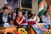 Его Святейшество Далай-лама наслаждается выступлениями артистов во время торжественной церемонии «Спасибо, Индия». Дхарамсала, Индия. 31 марта 2018 г. Фото: Тензин Чойджор.