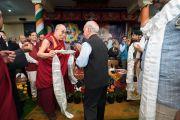 По завершении торжественной церемонии «Спасибо, Индия» Его Святейшество Далай-лама преподносит почетным гостям традиционные шарфы-хадаки. Дхарамсала, Индия. 31 марта 2018 г. Фото: Тензин Чойджор.