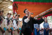 Артисты Тибетского института театральных искусств исполняют песню «Спасибо, Индия» в начале торжественной церемонии в главном тибетском храме. Дхарамсала, Индия. 31 марта 2018 г. Фото: Тензин Чойджор.