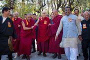 Его Святейшество Далай-лама и почетные гости направляются в главный тибетский храм на торжественную церемонию «Спасибо, Индия». Дхарамсала, Индия. 31 марта 2018 г. Фото: Тензин Чойджор.