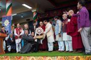 Его Святейшество Далай-лама и члены Центральной тибетской администрации преподносят памятный подарок главному гостю торжественной церемонии «Спасибо, Индия» министру культуры, туризма и гражданской авиации Индии Шри Махешу Шарме. Дхарамсала, Индия. 31 марта 2018 г. Фото: Тензин Чойджор.