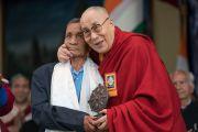 Его Святейшество Далай-лама обнимает Нарена Чандру Даса, единственного оставшегося в живых из семи Ассамских стрелков, которые встречали Далай-ламу на индийской границе 31 марта 1959 года. Дхарамсала, Индия. 31 марта 2018 г. Фото: Тензин Чойджор.