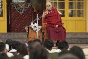 Во время встречи в главном тибетском храме Его Святейшество Далай-лама дарует наставления членам коллективов тибетской оперы (Лхамо) из Индии и Непала, принимающих участие в фестивале тибетской оперы Шотон. Дхарамсала, Индия. 21 апреля 2018 г. Фото: Лхакпа Кьизом.