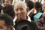 Старший преподаватель оперного вокала слушает наставления Его Святейшества Далай-ламы во время его встречи с коллективами тибетской оперы (Лхамо) из Индии и Непала, принимающими участие в фестивале тибетской оперы Шотон. Дхарамсала, Индия. 21 апреля 2018 г. Фото: Цетен Чхокьяпа.