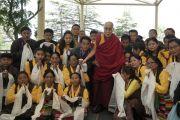 Во время встречи в главном тибетском храме Его Святейшество Далай-лама фотографируется с одним из 12 коллективов тибетской оперы (Лхамо) из Индии и Непала, принимающих участие в фестивале тибетской оперы Шотон. Дхарамсала, Индия. 21 апреля 2018 г. Фото: Лхакпа Кьизом.