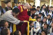 Его Святейшество Далай-лама с группой студентов во время встречи с 12 коллективами тибетской оперы (Лхамо) из Индии и Непала, принимающими участие в фестивале тибетской оперы Шотон. Дхарамсала, Индия. 21 апреля 2018 г. Фото: Цетен Чхокьяпа.