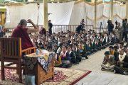 Во время встречи в главном тибетском храме Его Святейшество Далай-лама дарует наставления членам коллективов тибетской оперы (Лхамо) из Индии и Непала, принимающих участие в фестивале тибетской оперы Шотон. Дхарамсала, Индия. 21 апреля 2018 г. Фото: Цетен Чхокьяпа.