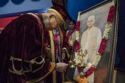 Его Святейшество Далай-лама возжигает традиционный светильник и возлагает цветы к портрету Лала Бахадура Шастри в начале 23-й церемонии вручения дипломов в Институте управления им. Лала Бахадура Шастри. Нью-Дели, Индия. 23 апреля 2018 г. Фото: Тензин Чойджор.