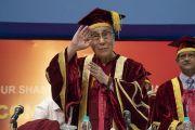 Занимая свое место на сцене в начале 23-й церемонии вручения дипломов в Институте управления им. Лала Бахадура Шастри, Его Святейшество Далай-лама приветствует собравшихся. Нью-Дели, Индия. 23 апреля 2018 г. Фото: Тензин Чойджор.