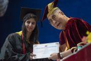 Его Святейшество Далай-лама вручает грамоту выпускнице Института управления им. Лала Бахадура Шастри. Нью-Дели, Индия. 23 апреля 2018 г. Фото: Тензин Чойджор.