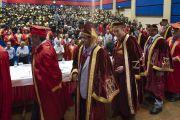 Его Святейшество Далай-лама и другие участники церемонии покидают сцену по завершении 23-й церемонии вручения дипломов в Институте управления им. Лала Бахадура Шастри. Нью-Дели, Индия. 23 апреля 2018 г. Фото: Тензин Чойджор.