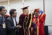 Надев институтскую мантию и шапочку, Его Святейшество Далай-лама готовится к 23-й церемонии вручения дипломов в Институте управления им. Лала Бахадура Шастри. Нью-Дели, Индия. 23 апреля 2018 г. Фото: Тензин Чойджор.