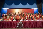 По завершении 23-й церемонии вручения дипломов в Институте управления им. Лала Бахадура Шастри преподаватели фотографируются с Его Святейшеством Далай-ламой. Нью-Дели, Индия. 23 апреля 2018 г. Фото: Тензин Чойджор.