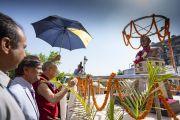Его Святейшество Далай-лама возлагает белый хадак к бюсту второго  премьер-министра Индии Лала Бахадура Шастри. Нью-Дели, Индия. 23 апреля 2018 г. Фото: Тензин Чойджор.