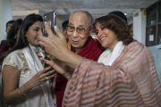 Актриса Тиска Чопра фотографируется с Его Святейшеством Далай-ламой, прибывшим в Индийский институт технологий, чтобы прочитать публичную лекцию «Счастье и жизнь без стресса». Нью-Дели, Индия. 24 апреля 2018 г. Фото: Тензин Чойджор.
