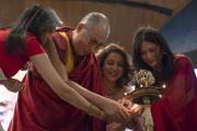 Его Святейшество Далай-лама и организаторы встречи из компании «Velocity 48» зажигают традиционный светильник в начале публичной лекции в Индийском институте технологий. Нью-Дели, Индия. 24 апреля 2018 г. Фото: Тензин Чойджор.