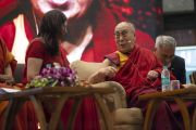 Его Святейшество Далай-лама отвечает на вопросы во время публичной лекции «Счастье и жизнь без стресса», организованной в Индийском институте технологий. Нью-Дели, Индия. 24 апреля 2018 г. Фото: Тензин Чойджор.