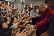 По завершении публичной лекции «Счастье и жизнь без стресса», организованной в Индийском институте технологий, Его Святейшество Далай-лама пожимает руки слушателям. Нью-Дели, Индия. 24 апреля 2018 г. Фото: Тензин Чойджор.