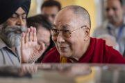 Его Святейшество Далай-лама машет рукой слушателям, перед тем как покинуть Индийский институт технологий по завершении публичной лекции «Счастье и жизнь без стресса». Нью-Дели, Индия. 24 апреля 2018 г. Фото: Тензин Чойджор.