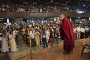 Его Святейшество Далай-лама приветствует более 1500 слушателей, собравшихся в Индийском институте технологий. Нью-Дели, Индия. 24 апреля 2018 г. Фото: Тензин Чойджор.