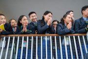 Студенты, собравшиеся в главном тибетском храме, смотрят с балкона, почтительно провожая Его Святейшество Далай-ламу по завершении первой сессии диалога между российскими учеными и буддийскими учеными-философами. Дхарамсала, Индия. 3 мая 2018 г. Фото: Тензин Чойджор.