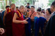 Направляясь на конференцию с российскими учеными и буддийскими учеными-философами, Его Святейшество Далай-лама приветствует верующих, собравшихся во дворе главного тибетского храма. Дхарамсала, Индия. 3 мая 2018 г. Фото: Тензин Чойджор.