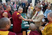 Его Святейшество Далай-лама приветствует ученых в начале диалога, организованного в главном тибетском храме. Дхарамсала, Индия. 3 мая 2018 г. Фото: Тензин Чойджор.