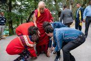 Члены одной индийской семьи выражают почтение Его Святейшеству Далай-ламе, направляющемуся в главный тибетский храм, чтобы принять участие в диалоге между российскими учеными и буддийскими учеными-философами. Дхарамсала, Индия. 3 мая 2018 г. Фото: Тензин Чойджор.