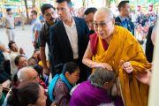 Направляясь из своей резиденции в главный тибетский храм, Его Святейшество Далай-лама приветствует верующих. Дхарамсала, Индия. 16 мая 2018 г. Фото: Тензин Пунцог.