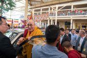 Его Святейшество Далай-лама улыбается верующим, перед тем как вернуться в свою резиденцию по завершении благословения на практику шестислоговой мантры Авалокитешвары. Дхарамсала, Индия. 16 мая 2018 г. Фото: Тензин Пунцог.
