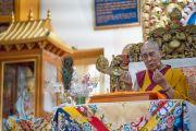 Его Святейшество Далай-лама дарует благословение на практику шестислоговой мантры Авалокитешвары в главном тибетском храме. Дхарамсала, Индия. 16 мая 2018 г. Фото: Тензин Пунцог.