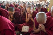 Верующие получают благословение на практику шестислоговой мантры Авалокитешвары от Его Святейшества Далай-ламы. Дхарамсала, Индия. 16 мая 2018 г. Фото: Тензин Пунцог.