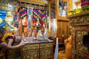 По прибытии в главный тибетский храм Его Святейшество Далай-лама молится у мандалы Авалокитешвары. Дхарамсала, Индия. 16 мая 2018 г. Фото: Тензин Пунцог.