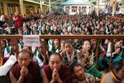 Тибетские школьники, собравшиеся во дворе главного тибетского храма, чтобы получить благословение на практику шестислоговой мантры Авалокитешвары от Его Святейшества Далай-ламы. Дхарамсала, Индия. 16 мая 2018 г. Фото: Тензин Пунцог.