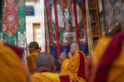 Старшие монахи, сидящие на сцене во время дарования Его Святейшеством Далай-ламой благословения на практику шестислоговой мантры Авалокитешвары. Дхарамсала, Индия. 16 мая 2018 г. Фото: Тензин Пунцог.