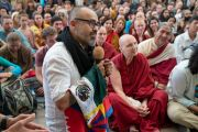 Один из участников встречи задает вопрос Его Святейшеству Далай-ламе. Дхарамсала, Индия. 19 мая 2018 г. Фото: Тензин Чойджор.